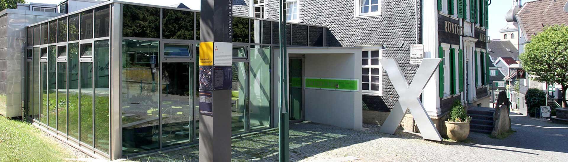 Frontansicht des Museums in Hervorhebung des neuen Anbaus