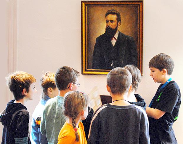 Schüler erklärt anderen Schülern das Museum in einem gemeinsamen Rundgang