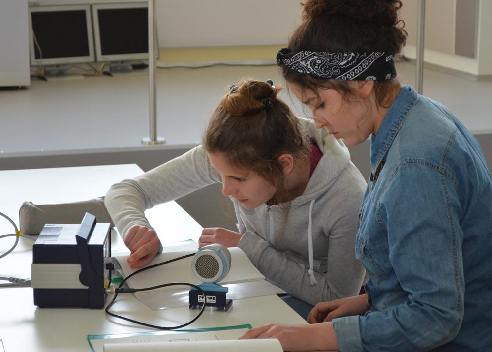 Zwei Mädchen beim experimentieren im Röntgen Lab.