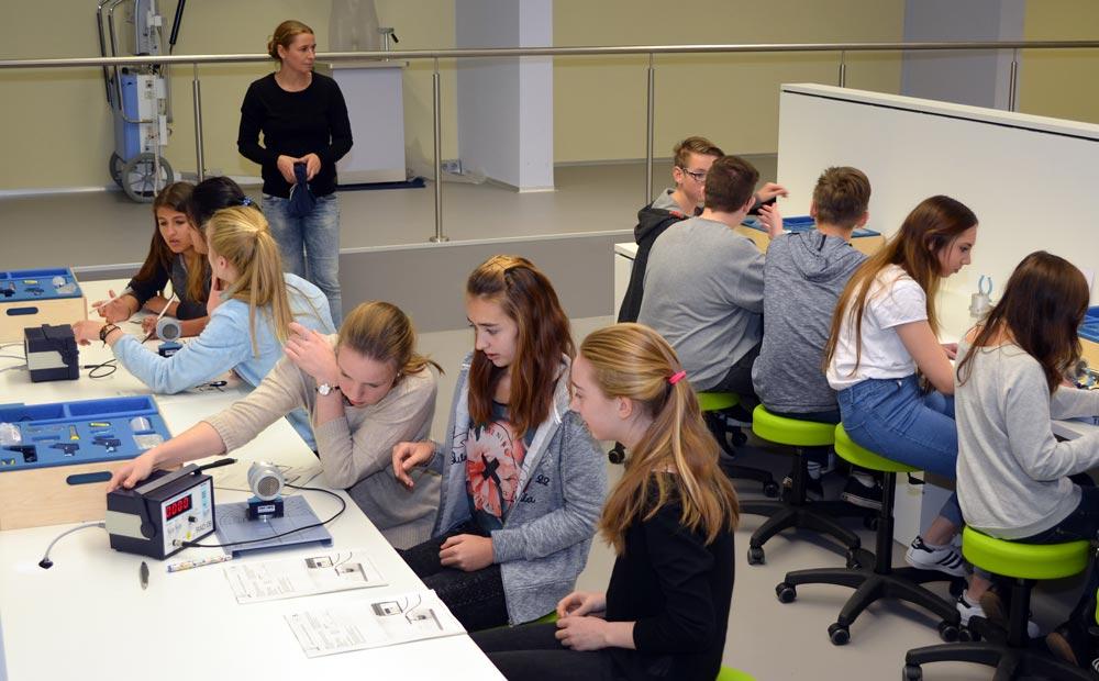 Schüler beim experimentieren im Röntgen Lab.