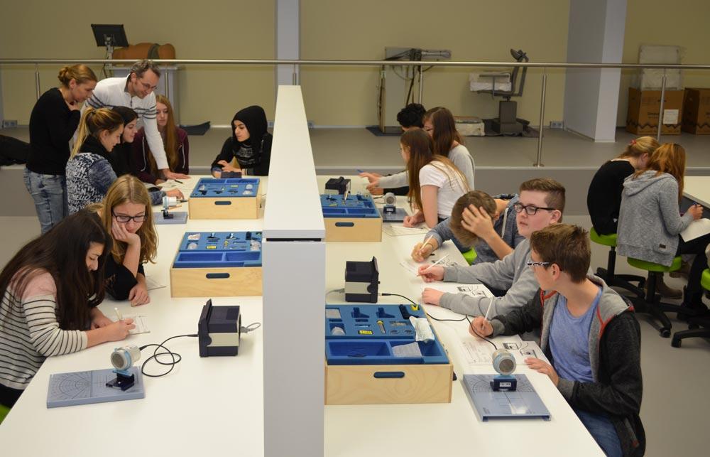 Schülergruppen beim experimentieren im Röntgen Lab.
