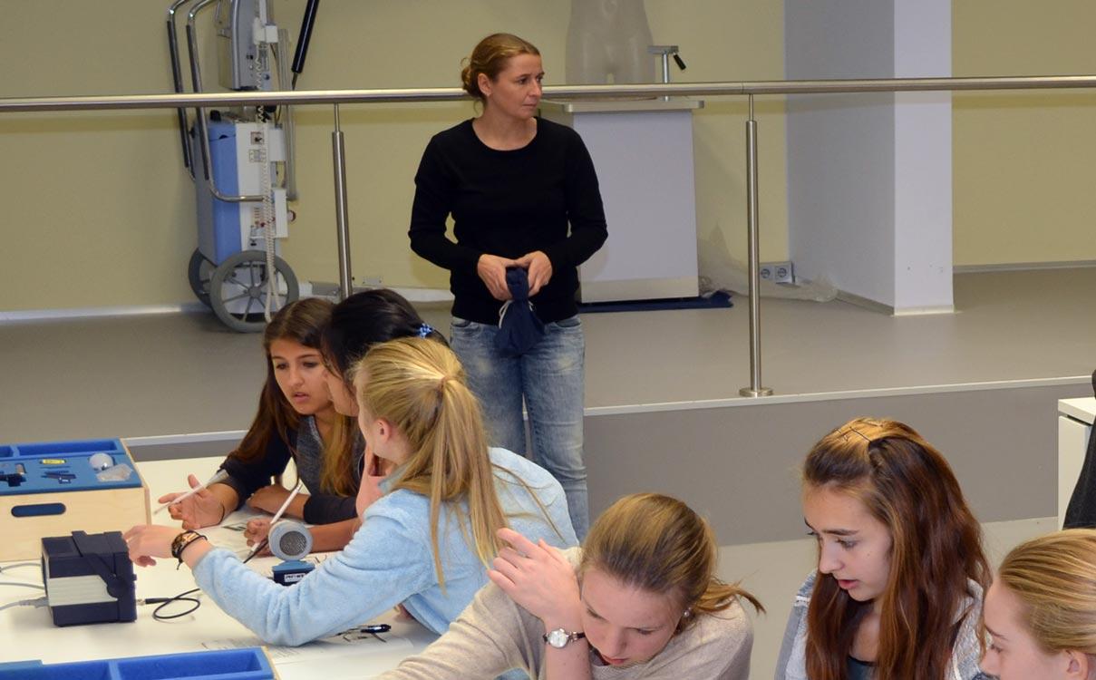 Mädchen in einem Labor beim experimentieren.