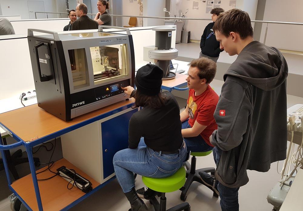Drei Schüler beim experimentieren im Röntgen-Lab.